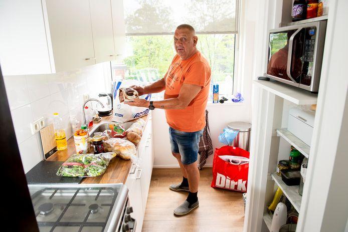 Ronald Wolvers leeft van een bijstandsuitkering. Hij is blij met alle hulp die hij krijgt, bijvoorbeeld van de voedselbank, maar merkt dat hij sinds de uitbraak van corona toch meer uit moet geven.