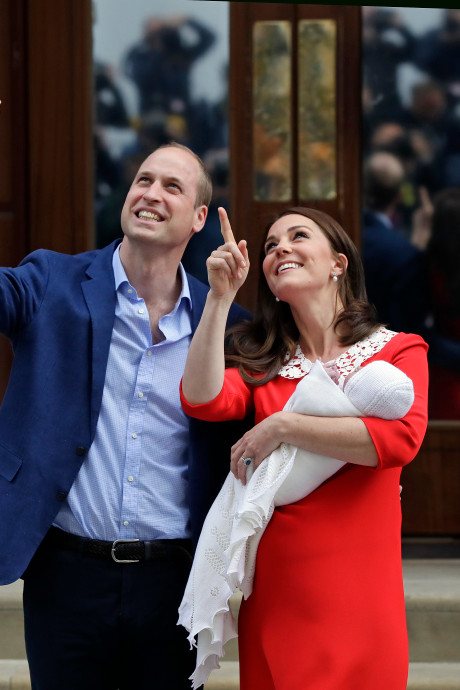 Daar is hij! William en Kate poseren trots met derde kindje