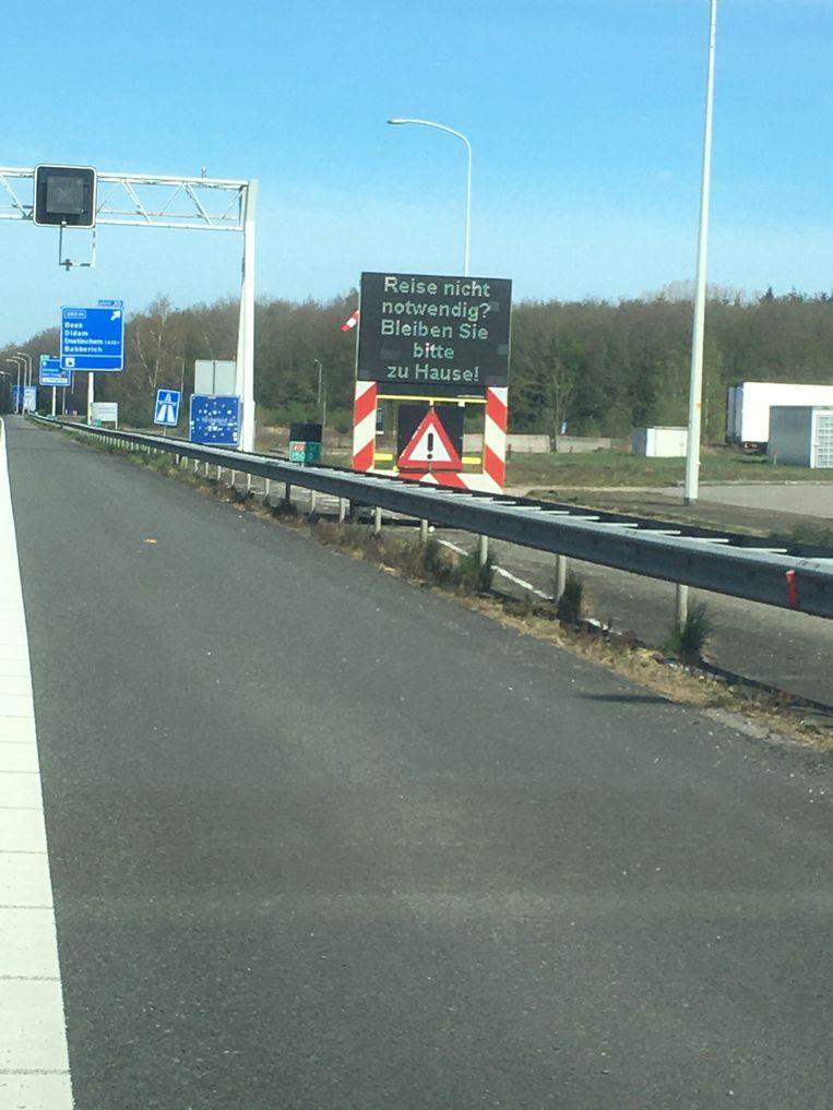 Dit bord aan de grens bij Zevenaar moet Duitse toeristen afschrikken Beeld null