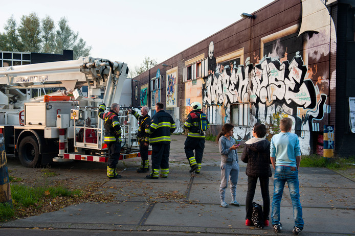 Vijf jaar geleden al werd aan de Hoge Rijndijk in Woerden brand gesticht in een van de leegstaande panden. Nog altijd is er geen nieuwbouw verrezen. De gemeenteraad vraagt om opheldering.
