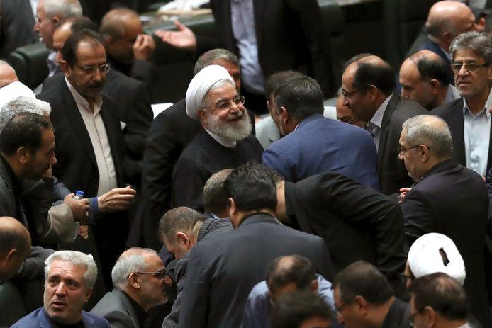 De Iraanse president Hassan Rouhani luistert naar een minister in Teheran.