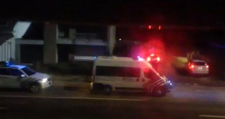 Een getuige zag de straat vol politie staan toen ze de rolluiken opende.