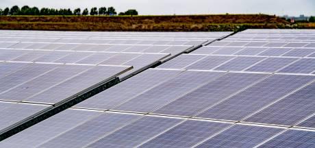 Niets houdt 13.000 zonnepanelen langs A15 bij Ressen meer tegen