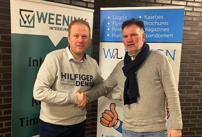 Bernard van Werven (r) schudt de hand van Berry Fennebeumer van de TC van Orderbos.