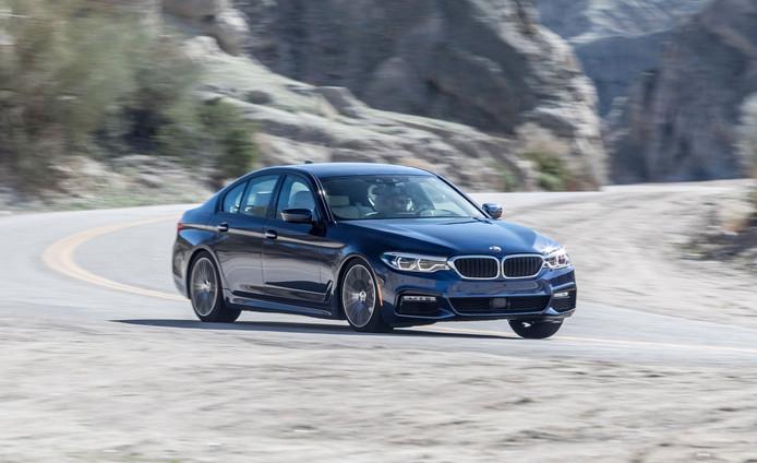 De BMW 540i haalt met gemak 250 km/uur.