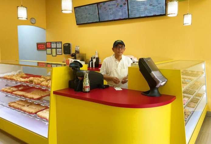 Satharith By in zijn nieuwe donutzaak, zonder klanten.