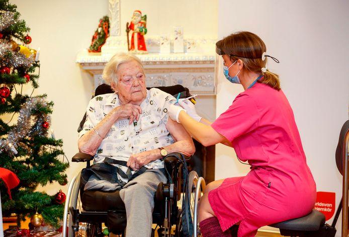 Gun-Britt Johnsson (91) was in Zweden de eerste persoon die het vaccin toegediend kreeg.