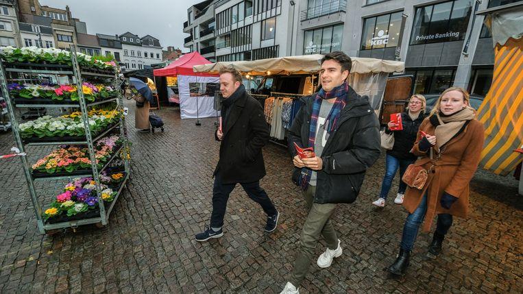 Conner Rousseau op stap tijdens de maandagmarkt in Kortrijk. We zien op de foto, genomen op het Schouwburgplein, ook Vlaams parlementair Maxim Veys en federaal parlementair Melissa Depraetere.