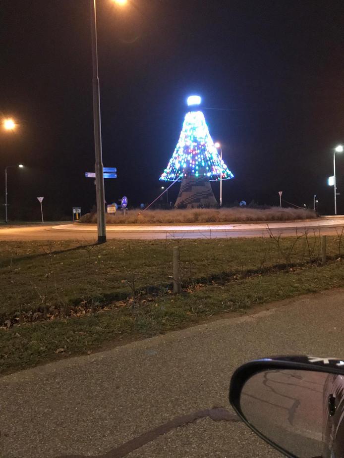 En zo ziet de kerstboom er bij avond uit.