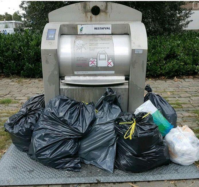 Een overvolle container, storing of gewoon dumping van afval? In Heusden lijkt het aantal zogeheten bijplaatsingen bij ondergrondse containers flink toe te nemen. De cijfers zijn echter niet helemaal betrouwbaar.