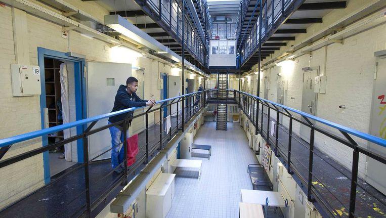 De ruim 100 uitgeprocedeerde asielzoekers zaten eerst in de zogenoemde Vluchthaven, een voormalig gevangenisgebouw aan de Amsterdamse Havenstraat. Beeld anp