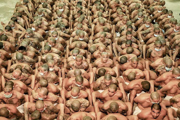 De Izalco-gevangenis bij San Salvador. Bukele liet duizenden gedetineerde bendeleden verzamelen op binnenplaatsen van gevangenissen. Beeld AFP