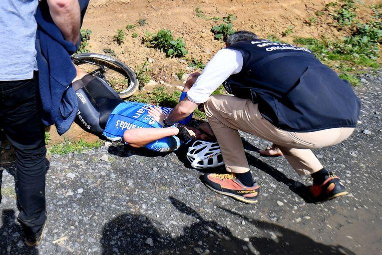 Goolaerts krijgt eerste hulp na zijn val tijdens Parijs-Roubaix. Beeld afp
