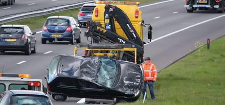 Auto vliegt over de kop na botsing op A73 bij Boxmeer