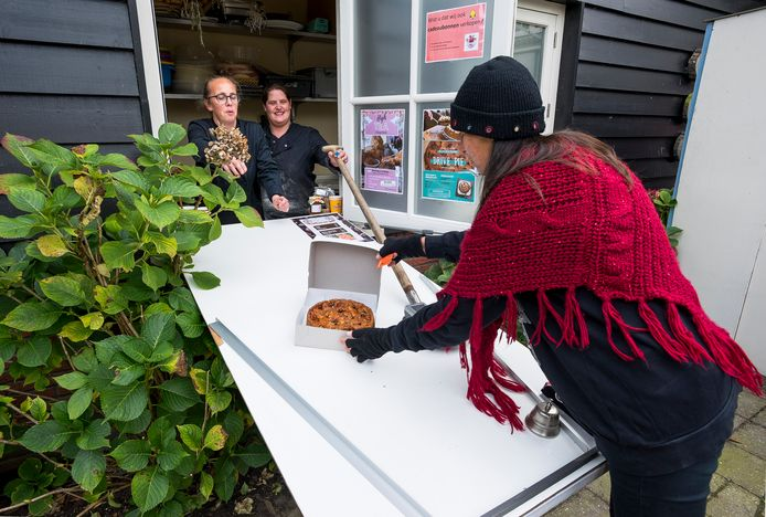 De Sfeerstal is een Drivepie begonnen. De taarten en high teas komen via een glijbaan rechtstreeks in de handen van hongerige klanten.