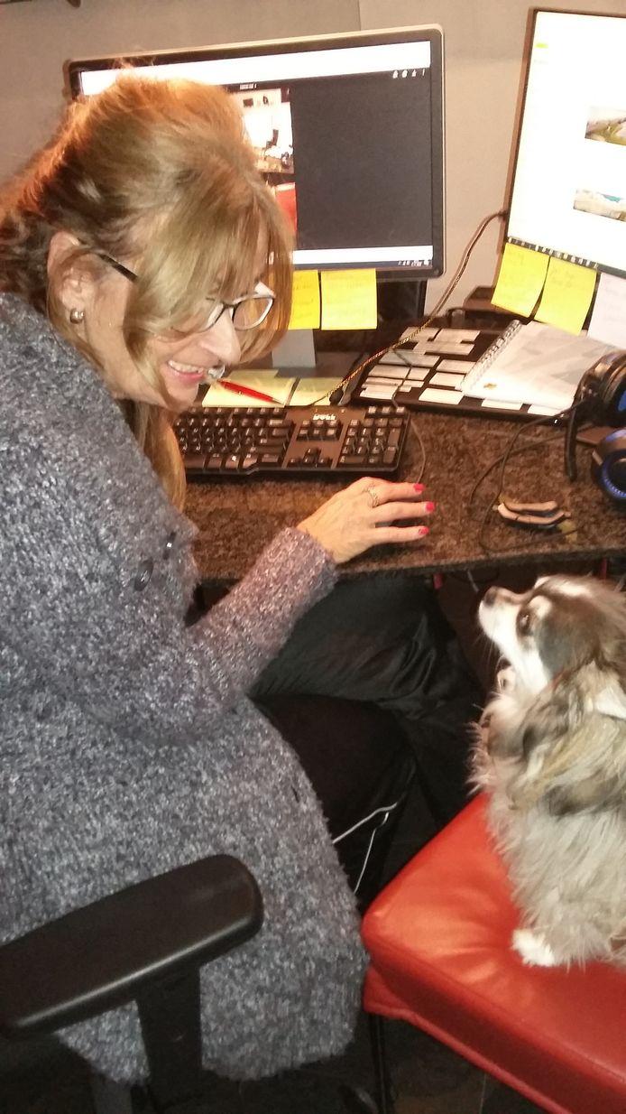 Het redactiesecretariaat draait door in de woonkamer van Sandra Busch. Laatst had ze een lezer aan de telefoon toen de deurbel ging, hond Chico sloeg aan waarna de hond van die lezer aan de andere kant van de lijn ook begon te blaffen. Een goed gesprek werd daardoor onmogelijk gemaakt.