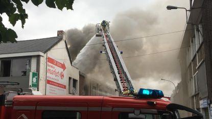 Centrum van Berlaar vol rook door uitslaande brand in gebouwencomplex