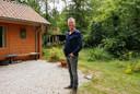 """Adriaan van Dam (53) bij de woning van hem en zijn partner en het logeerhuisje bij hun houten huis. ,,Het wonen is hier weldadig rustig."""""""
