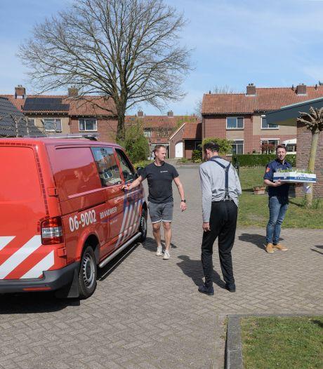 Brandweerlieden bezorgen zorgverleners in Eibergen opstekertje voor Pasen