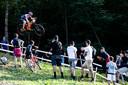 Kjell van den Boogert maakt een spectaculaire sprong.