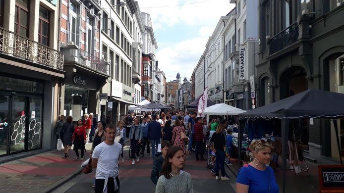 Ook aan de Walpoortstraat liep vol voor Braderie Publique