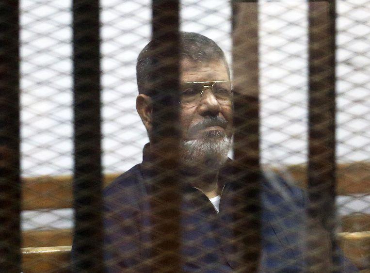 Oud-president Morsi tijdens een rechtbankzitting in 2015. Beeld Reuters