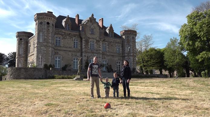 Ruud en Nathalie Kuiper uit Purmerend met hun kinderen bij kasteel Cacaudière in Frankrijk van Schijndelaar Roel Praagman.
