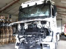 Gewonde en zware schade na aanrijding tussen twee vrachtwagens