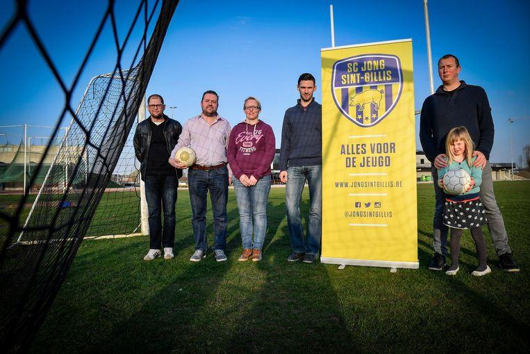 V.l.n.r.: Marc Rasschaerdt, Stef Van Overstraeten, Peggy Cool, Kim Scholliers en Steven De Schynckel richten een voetbalclub op die zich focust op jeugdwerking.
