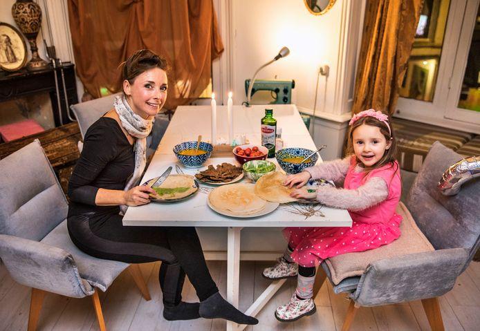 Aan tafel, Piet Heinstraat.DŽsirŽe met haar dochter Gioya aan de pannenkoekjes.(Den Haag 30-01-19) Foto:Frank Jansen