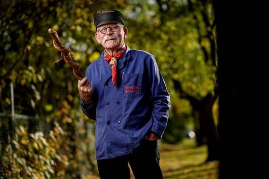 Jan Wilmink met in zijn hand een goastok.