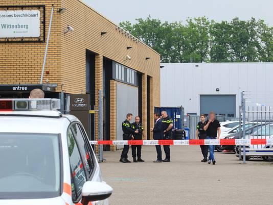De politie voert direct na de overval sporenonderzoek uit in en om de garage.
