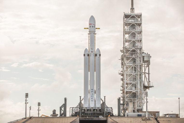 De Falcon Heavy staat klaar in zijn lanceerplatform in het Kennedy Space Center in Florida. Het is nu wachten tot de raket de hoogte inschiet.