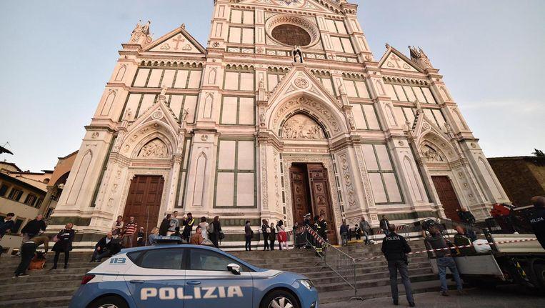 Politie voor de Santa Croce-basiliek in Florence. Beeld epa
