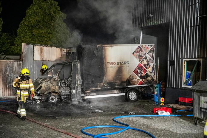 Toen de brandweer aankwam stond het voertuig al volledig in lichterlaaie.