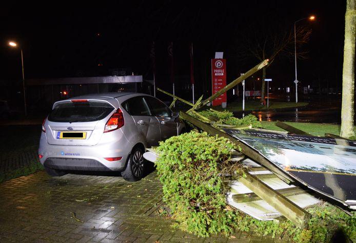 Op de hoek van de Havenstraat en de Hogeweide in Doetinchem is een bord op een auto gevallen.