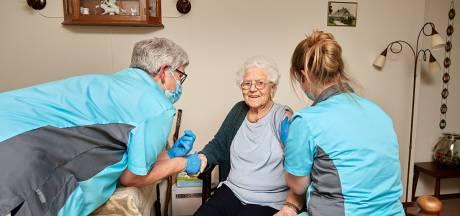 Primeur voor mevrouw Dijkstra (92) uit Markelo:  eerste verpleeghuisbewoner in Twente die coronavaccin krijgt