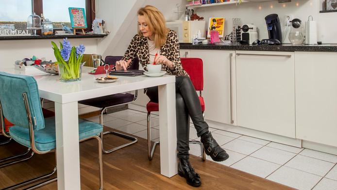 Judith Langenhorst in haar woonkamer