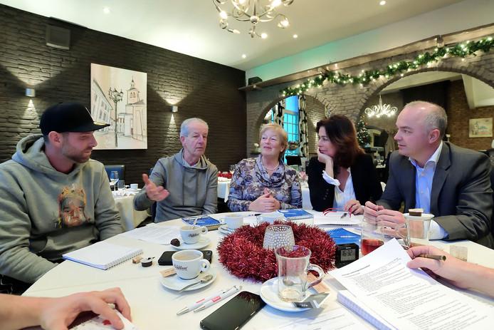 In brasserie 2Eat praten (vlnr) Remco van den Beemd, André Jansen, Jacqueline Chamuleau, Fleur van der Plas en Corné Oosterbos over wat zij belangrijke zaken vinden voor de komende gemeenteraadsverkiezingen.