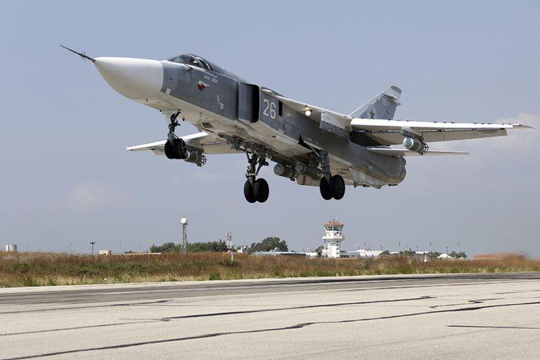 Een Russisch gevechtsvliegtuig stijgt op vanop de basis van Hmeimim in Syrië.