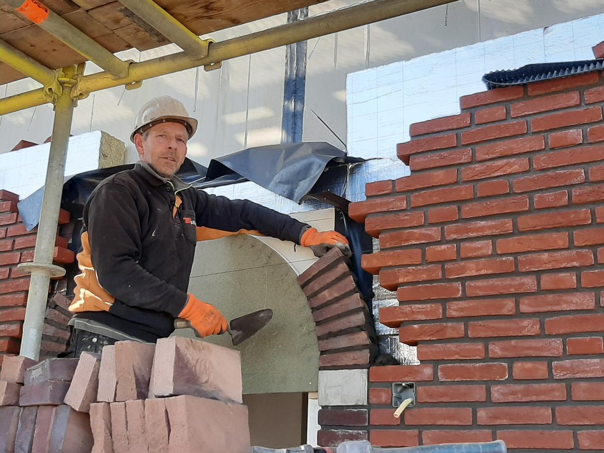 Metselaar Ruud Maton aan het werk in het Geerpark in Vlijmen.