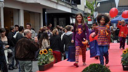 Salsadansers stellen nieuwste mode voor op Fashion Saturday