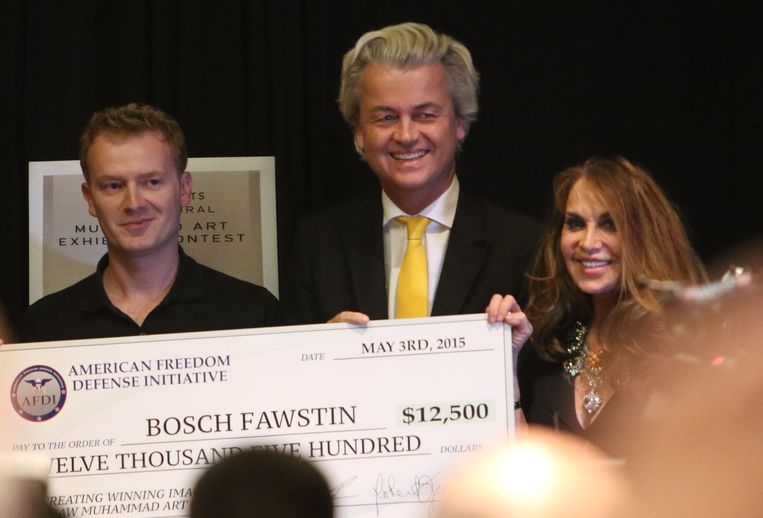 Pamela Geller (rechts) en Geert Wilders terwijl ze in 2015 tekenaar Bosh Fawstin een cheque overhandigen. Fawstin had een door hen uitgeschreven Mohammed-tekenwedstrijd gewonnnen. Op de tentoonstelling met cartoons werd daags daarna een aanslag gepleegd, waarbij een agent gewond raakte.  Beeld AP