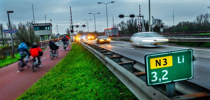 Bij de afsluiting van de Wantijbrug moeten fietsers door nog smeriger lucht rijden.