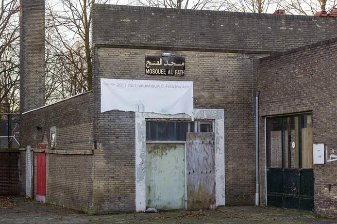 De vorige moskee aan de Stedekestraat werd in 2006 gesloten door de gemeente vanwege brandveiligheid.