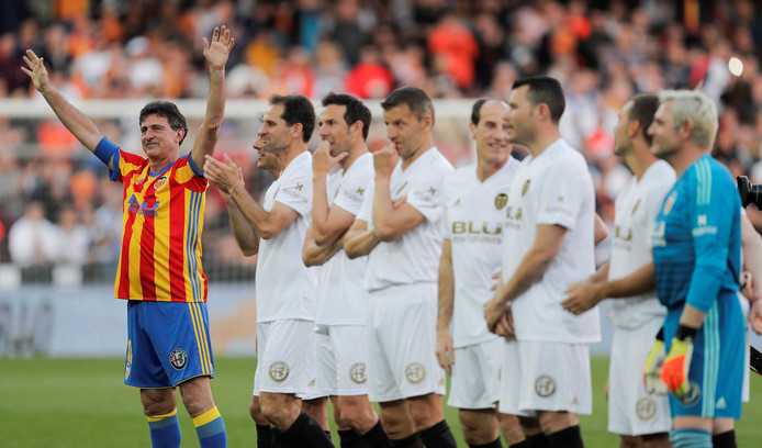 epa07460764 Former Argentinian soccer player Mario Alberto Kempes (L) greets supporters during the celebration of the Valencia CF's centenary held at Mestalla stadium, in Valencia, eastern Spain, 24 March 2019.  EPA/Kai Foersterling