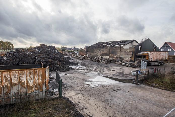Restanten van de grote brand bij Van den Hoogen in Somerenheide. archieffoto.