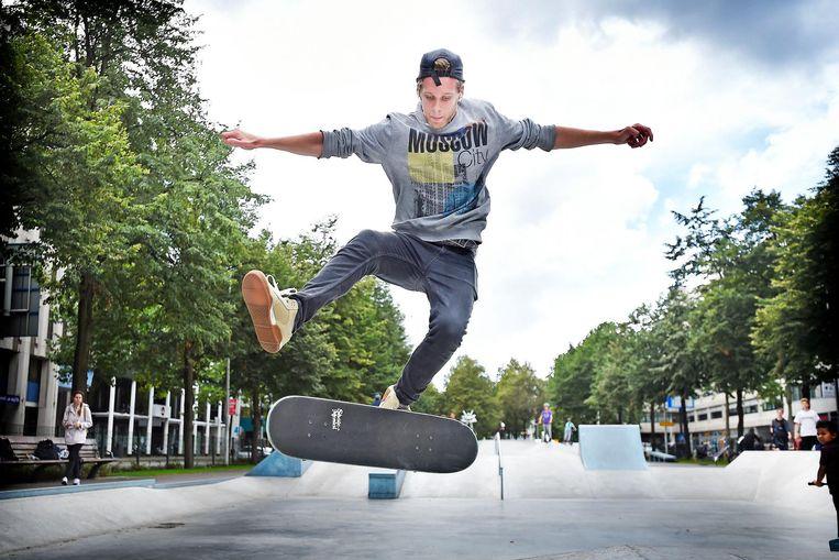 Skateboarden op de West-Blaak. Dit terrein is ontworpen door een skateboarder en ligt pas een paar maanden in het centrum van Rotterdam. Beeld Guus Dubbelman / de Volkskrant