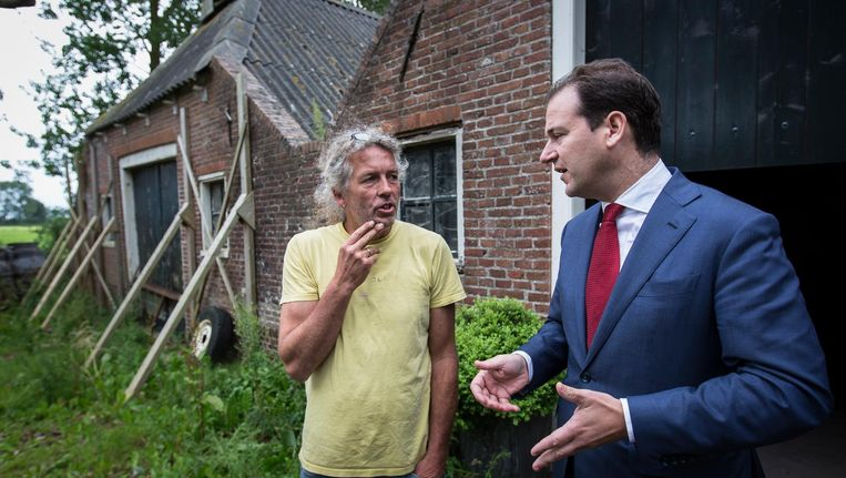 Minister Lodewijk Asscher praat bij een verzakte boerderij in Loppersum Beeld anp