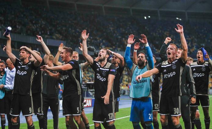 De Ajax-spelers vieren feest na de 0-0 tegen Dinamo Kiev.